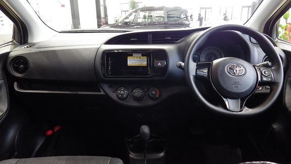 トヨタ ヴィッツ F(1.3L)の運転席